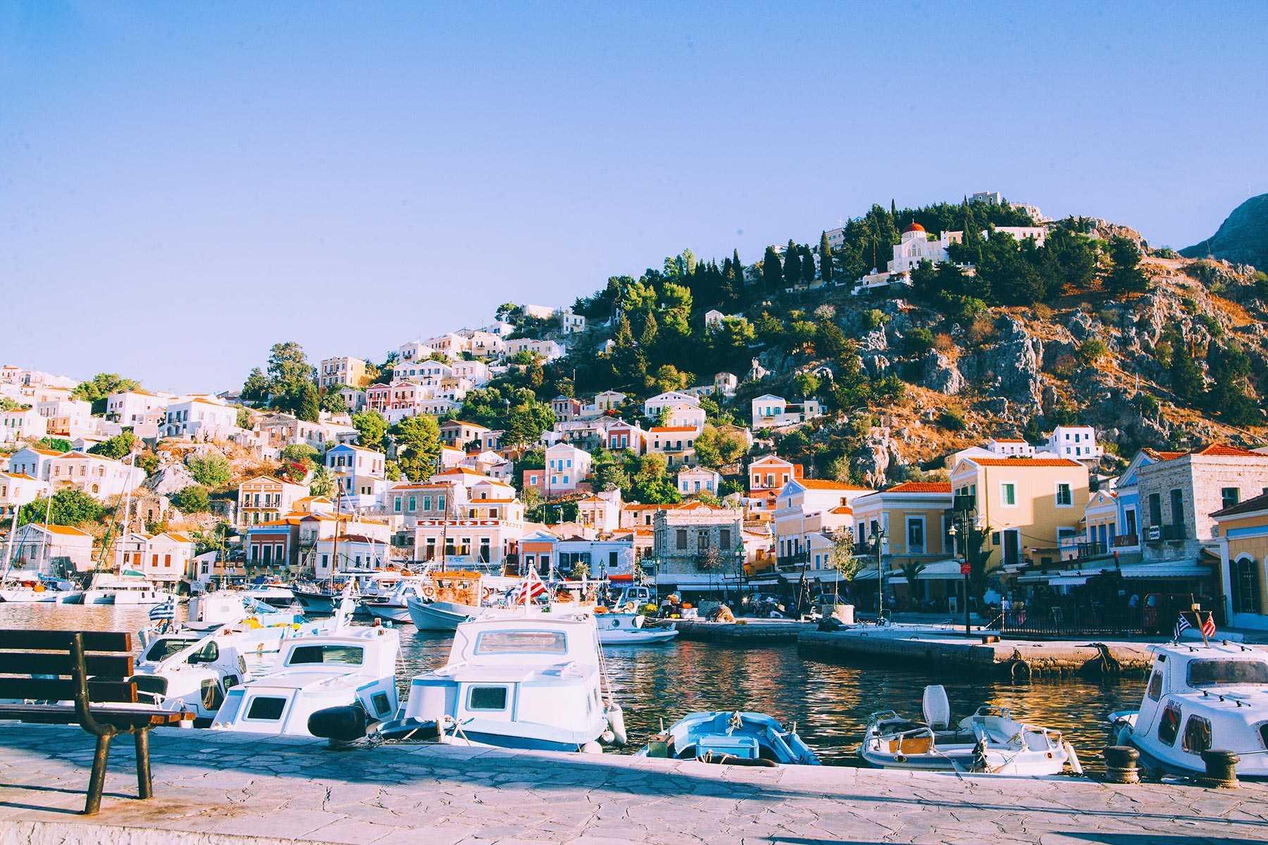 resort-town-in-greece-XKRVPA6.jpg